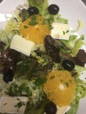Ensalada Verde con naranja, queso y aceitunas